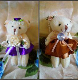 Teddy poartă miniatura.