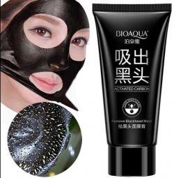 Μάσκα από μαύρες κηλίδες στο πρόσωπο.