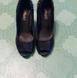 Açık ağızlı ayakkabılar.