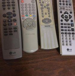 Telecomenzi de la televizor. În dreapta centrului de muzică