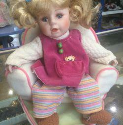 Κούκλα πορσελάνης στον καναπέ