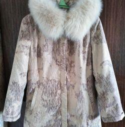 Geacă de iarnă cu vulpe arctică pe capotă. Dimensiunea este de 48-50.