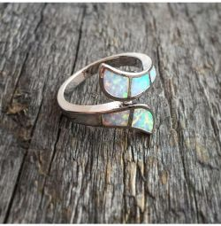 Кольцо с белыми опалами