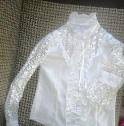 Λευκή όμορφη μπλούζα