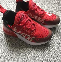 Κομψά νέα αθλητικά παπούτσια