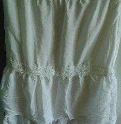 Λευκή φούστα στο πάτωμα