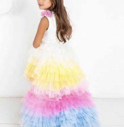 Κομψό φόρεμα με τραίνο μονόκερο
