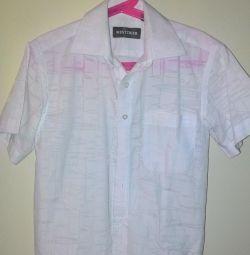 6-8 yaş arası bir çocuk için beyaz gömlek