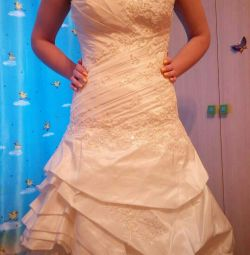 The wedding dress is very, very beautiful !!!