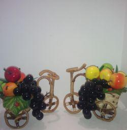 muncă manuală. Bicicletă cu fructe.