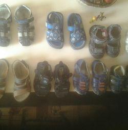 Sandalele variază de la 20 la 29