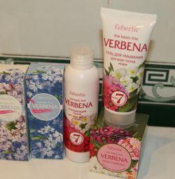 Un set de produse de îngrijire facială Faberlik