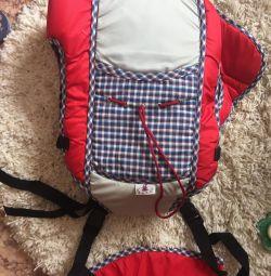 Bir kanguru sırt çantası. yeni