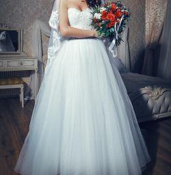 Wedding dress + gorgeous veil in the floor
