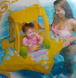 Cerc de înot pentru un copil cu un acoperiș