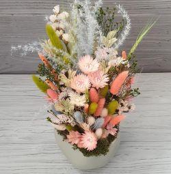 Μπουκέτα αποξηραμένα λουλούδια σε γλάστρες.