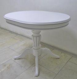 Λευκά τραπέζια με ασημένια πατίνα