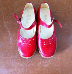 Красные туфли девочкам на 5-6 лет