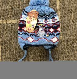Pălăria de iarnă la un băiat