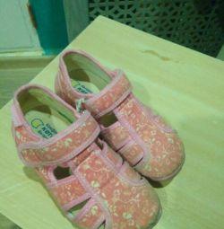 Pantofi în grădină