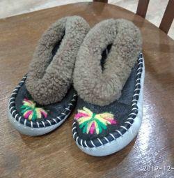 Papuci de piele de oaie pentru copii
