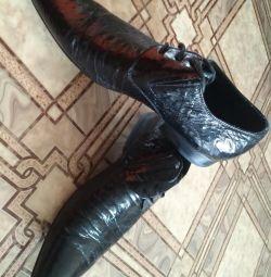 Düğün için bir kez giyilen deri ayakkabılar