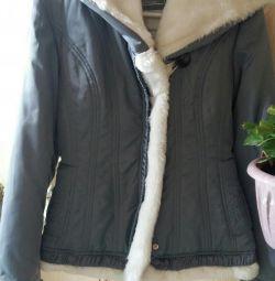 Kürklü bir kukuleta ile ceket.