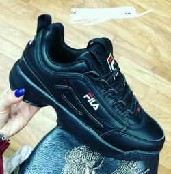 Нові кросівки Fila