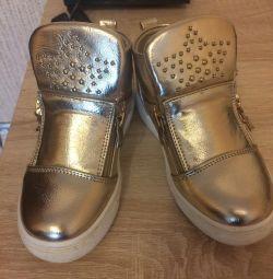 Κομψά παπούτσια χρυσού χρώματος