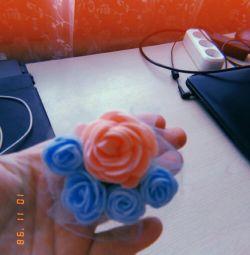 Broșă cu trandafiri lucrate manual
