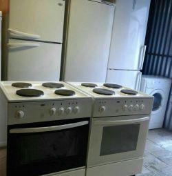 Холодильник, плита и стиральная машина.