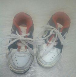 кросівки віддам