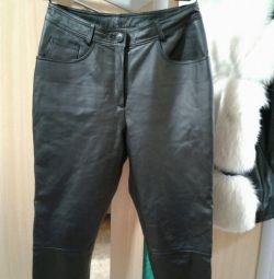 Pantaloni din piele.