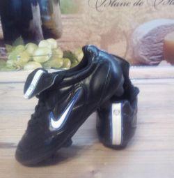 Ποδόσφαιρο μπότες για έναν μικρό ποδοσφαιριστή.