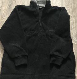 Το πουλόβερ είναι ζεστό για ένα αγόρι 9-10 ετών