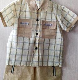 Ένα κοστούμι για ένα αγόρι ηλικίας 2-3 ετών.