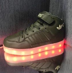 Νέα λάμψη στα πάνινα παπούτσια φόρτισης USB