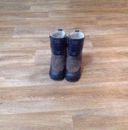 Οι μπότες είναι χειμωνιάτικες, αισθάνθηκαν για ένα αγόρι.