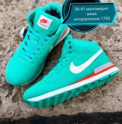 Adidași din piele / blană Nike