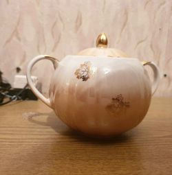 Sugar bowl with leaves, Dulyovo, USSR.