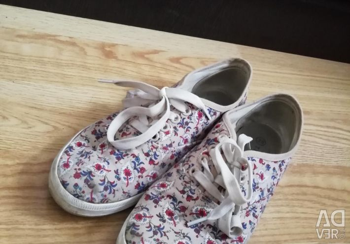 Sneakers, 38R.