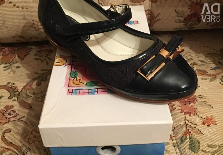 Selling shoes new to school