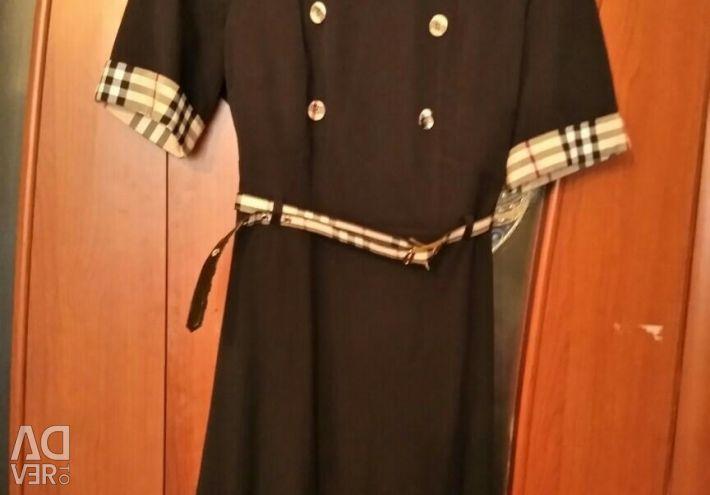 Το φόρεμα είναι σκούρο μπλε στο 48ο μέγεθος