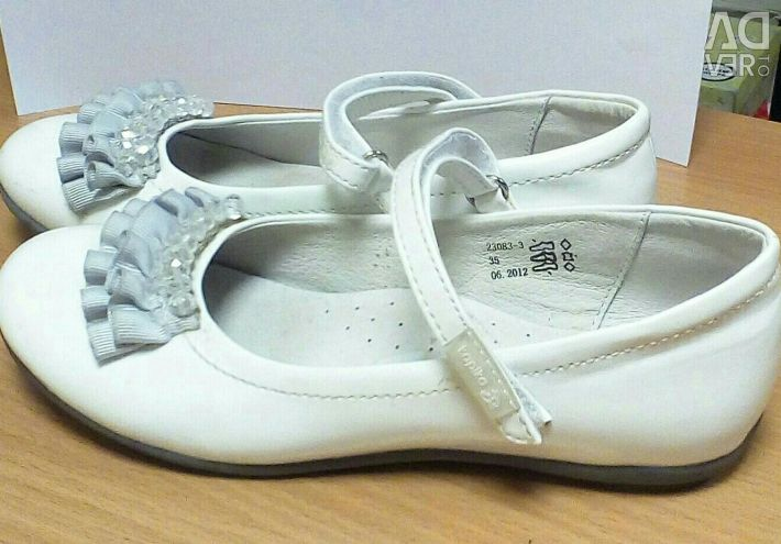 Patent leather shoes. R.35