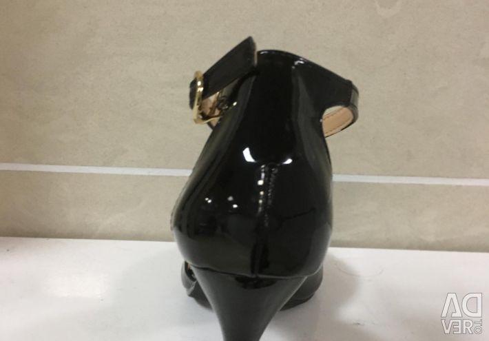 Sandals Nose Closed Patent Black