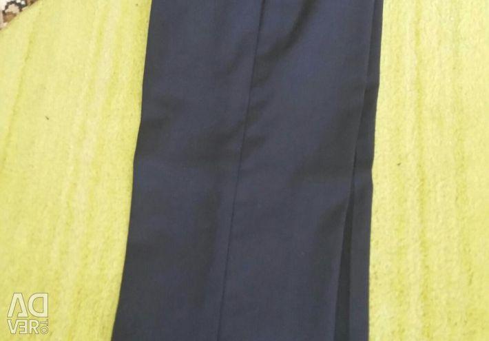 Bir erkek okul pantolonu