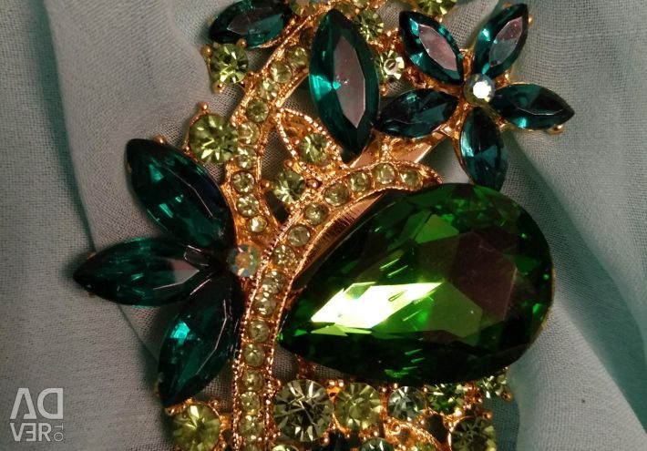 Brooches in 4 variants new costume jewelry