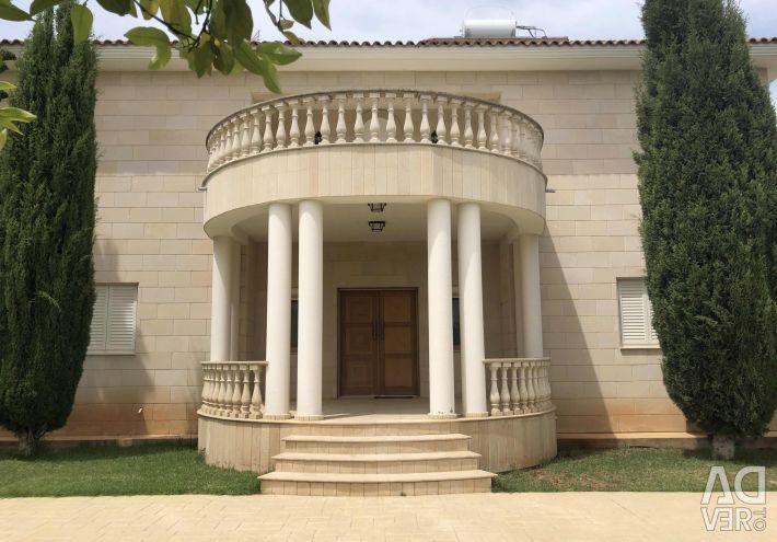 Villa in Moni