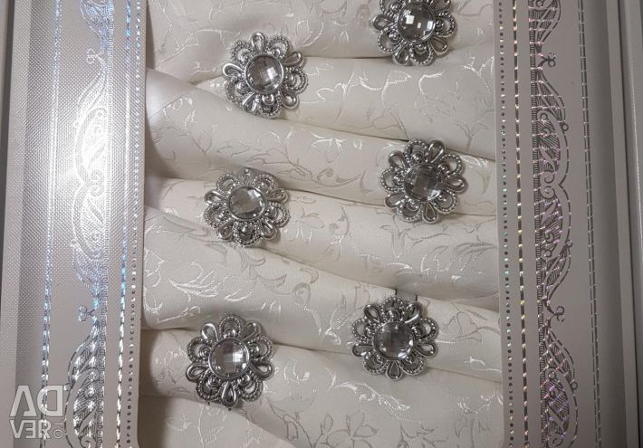 Tablecloth and 8 napkins with rings.