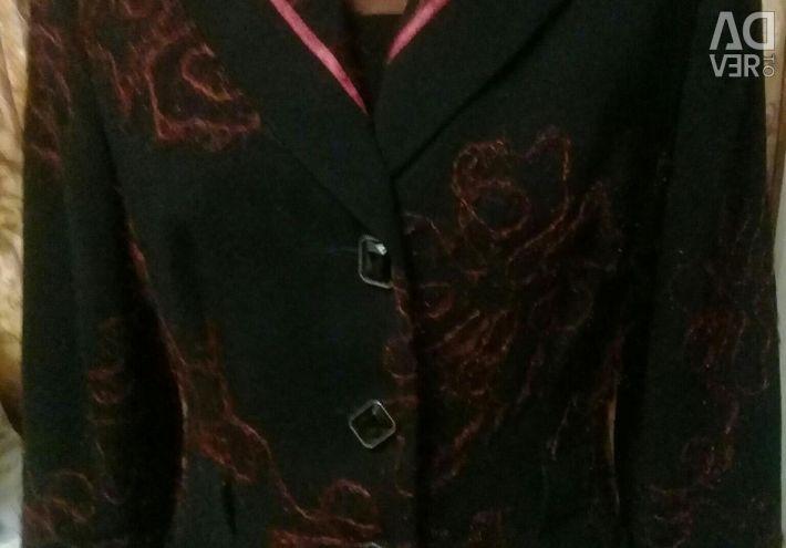Jacheta este brodată